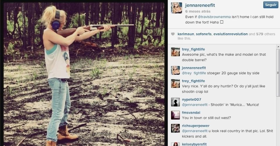 Jenna Renee costuma postar fotos de seu hobby preferido nas redes sociais: atirar. De pistolas a arco e flecha, ela mostra sua pontaria e ganha seus