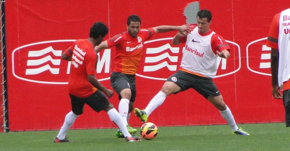 Leandro Damião (colete branco) disputa a bola com Ronaldo Alves em treino que marcou o retorno do atacante aos trabalhos do Inter (21/11/2013)
