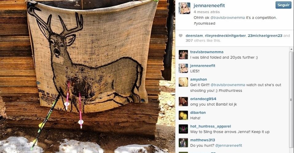 Modelo Jenna Renee mostra sua pontaria com as flechas e brinca com o namorado, Travis Browne