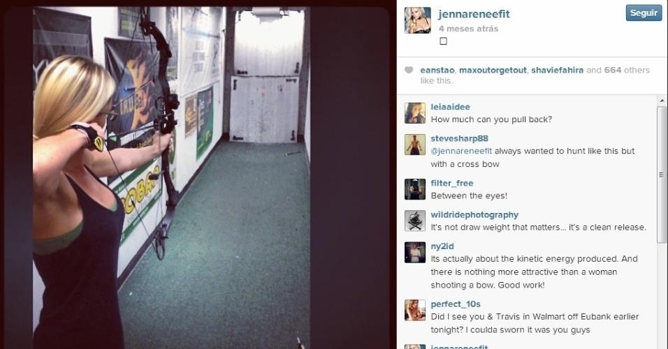 Não é só com armas de fogo que Jenna Renee gosta de atirar, ela também se diverte no arco e flecha