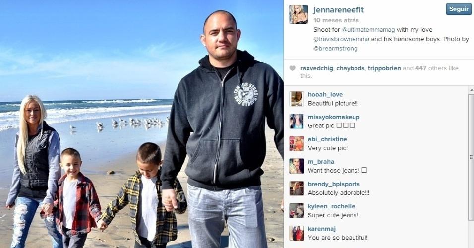Travis Browne com a namorada Jenna Renee e com os filhos, de um relacionamento anterior