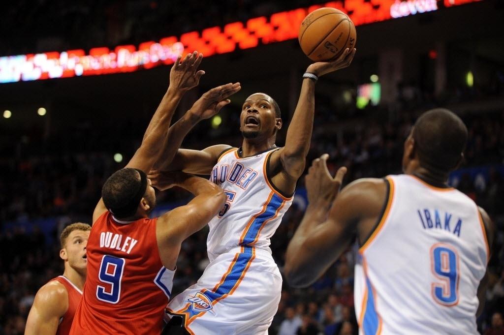 21.nov.2013 - Kevin Durant se posiciona para arremesso durante o triunfo do Thunder sobre os Clippers