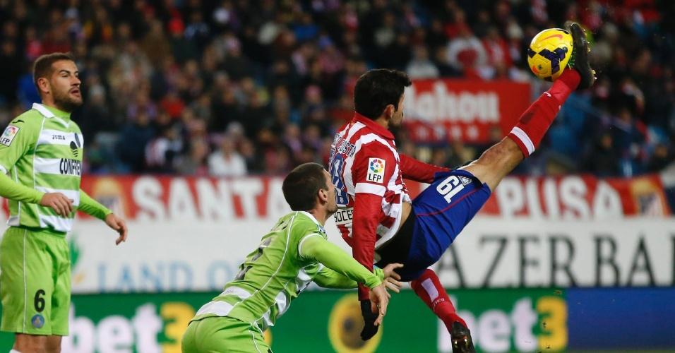 23.nov.2013 - Atacante Diego Costa prepara a bicicleta para marcar um dos gols da goleada do Atlético de Madri sobre o Getafe