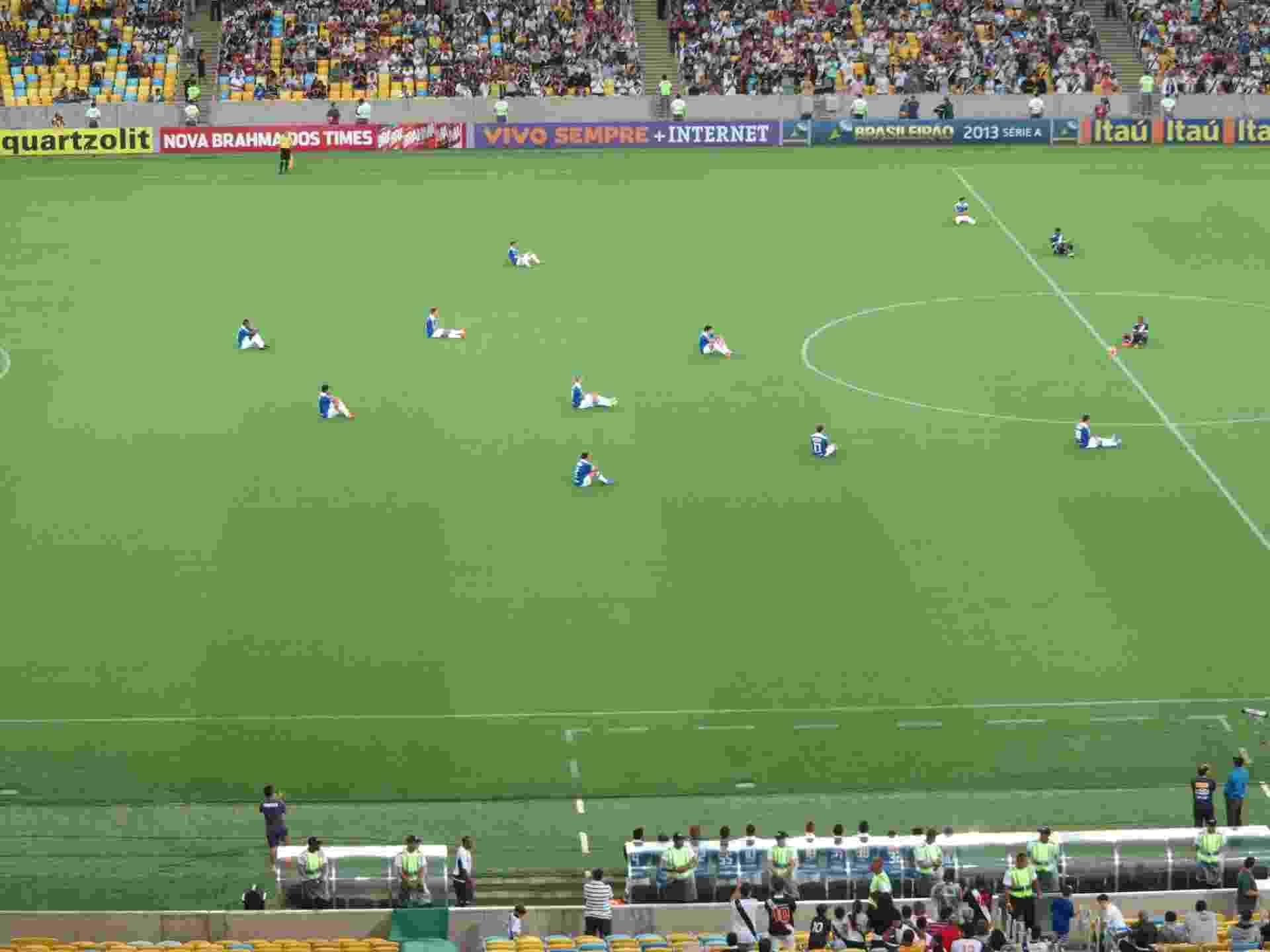 Jogadores de Cruzeiro e Vasco sentam no gramado antes do jogo pelo Brasileirão em mais um protesto do Bom Senso FC (23.nov.2013) - Pedro Ivo de Almeida/UOL