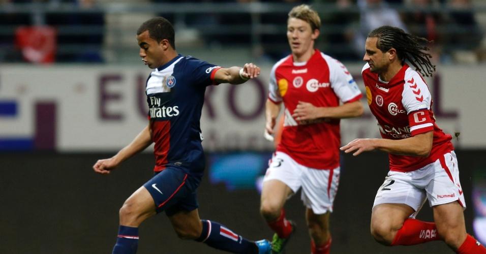 23.nov.2013 - Lucas prepara o chute enquanto é observado de perto por dois jogadores do Reims