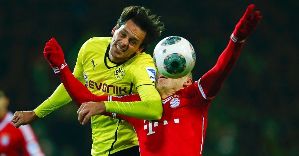 23.nov.2013 - Manuel Friedrich e Arjen Robben disputam bola pelo alto durante partida entre Borussia Dortmund e Bayern de Munique
