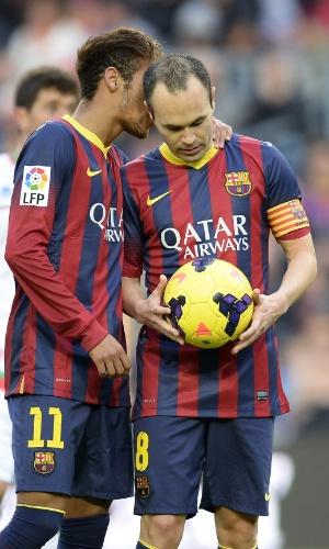 23.nov.2013 - Neymar conversa com Iniesta antes de cobrança de pênalti na partida contra o Granada pelo Campeonato Espanhol