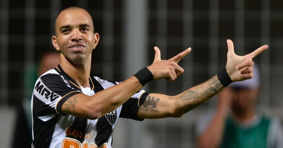 Destaque da partida, Diego Tardelli comemora um dos seus gols no duelo contra o Goiás  (23.nov.13)