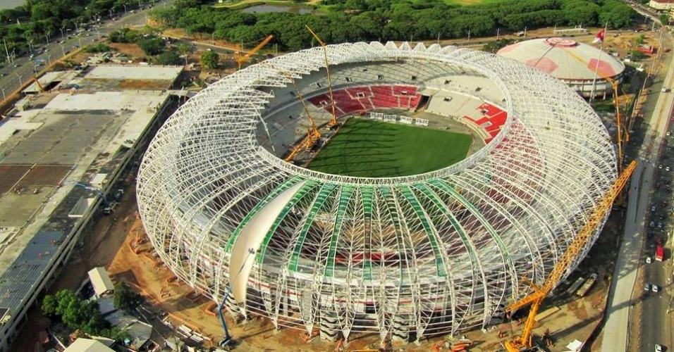 Vista aérea da instalação da membrana e da cobertura do estádio Beira-Rio, do Internacional, que será sede de cinco jogos da Copa do Mundo 2014 (22/11/2013)