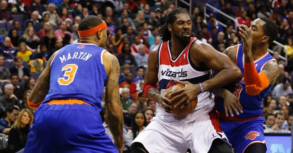 24.11.2013 - Nenê protege a bola contra dois adversário na vitória do Washington Wizards