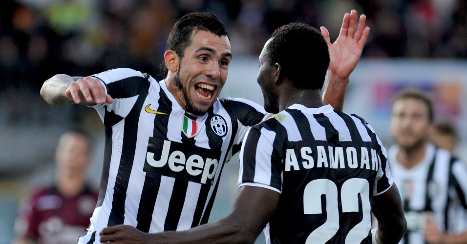 24.nov.2013 - Carlitos Tevez comemora seu gol com Asamoah na vitória da Juventus sobre o Livorno
