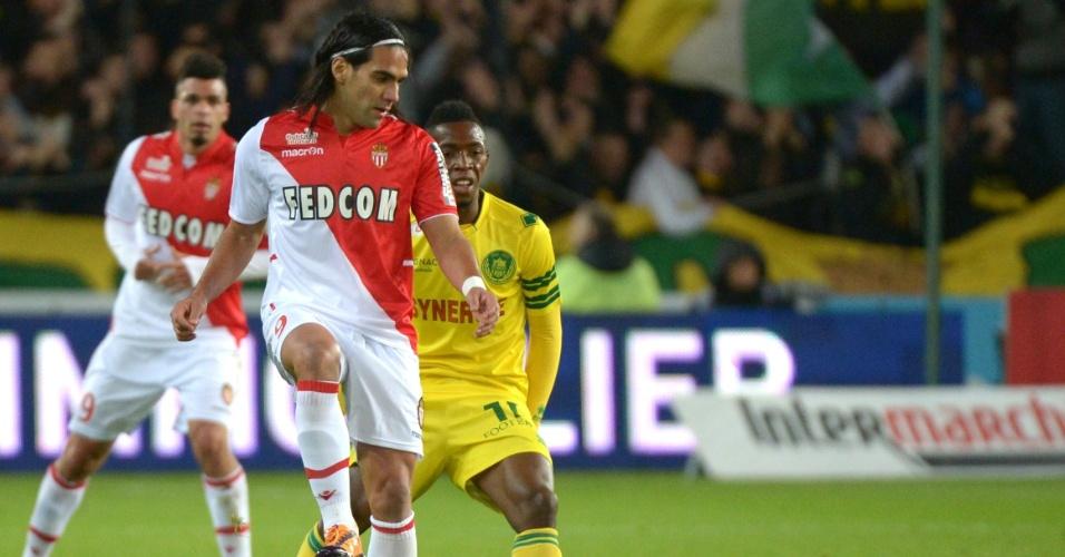 24.nov.2013 - Falcao García recebe a bola em confronto entre Monaco e Nantes, pelo Campeonato Francês