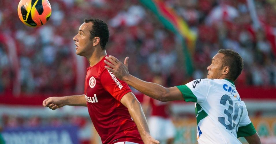 24.nov.2013 - Josimar tenta o domínio marcado de perto por Junior Urso na partida Inter x Coritiba