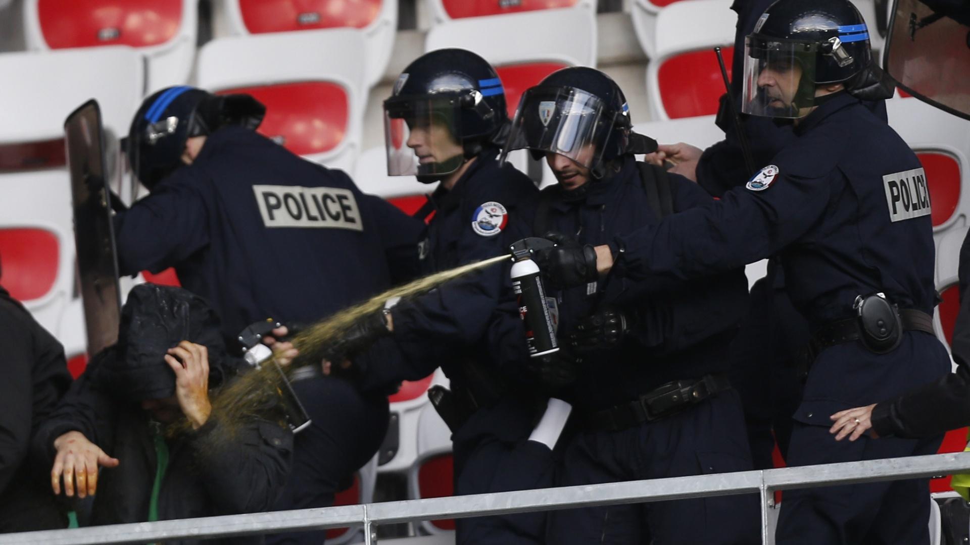 24.nov.2013 - Polícia usou spray de pimenta para conter briga entre torcedores do Saint-Etienne, pela Ligue 1