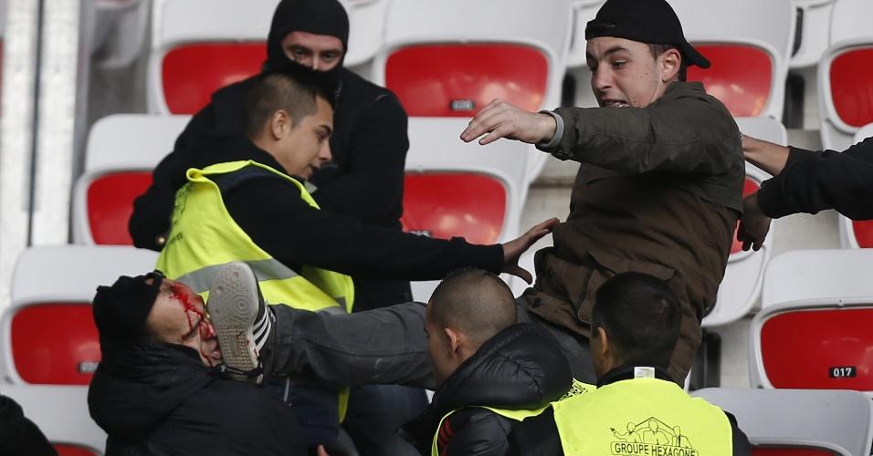 24;nov.2014 - Torcedores do Saint-Etienne brigam antes do duelo contra o Nice pelo Campeonato Francês