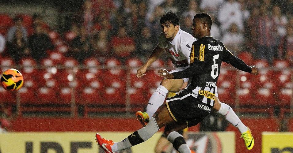 Aloísio tenta a finalização na partida entre São Paulo e Botafogo (24.nov.2013)