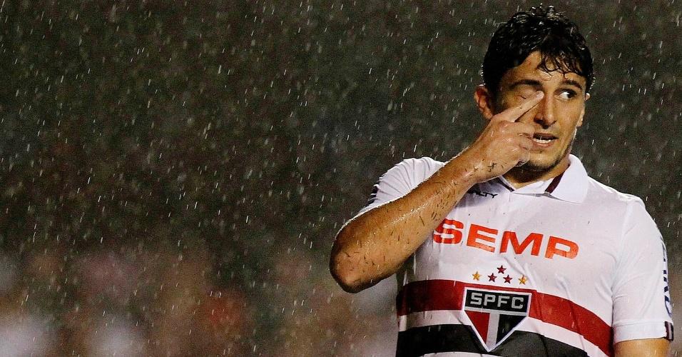 Atacante Aloisio observa a partida entre São Paulo e Botafogo, no Morumbi (24.nov.2013)