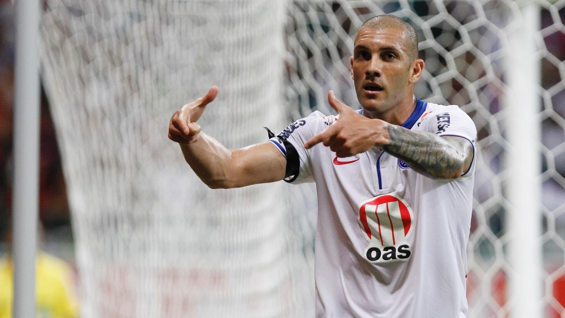 Atacante Fernandão pede a bola para comemorar seu gol na partida entre Bahia e Portuguesa (24.nov.2013)