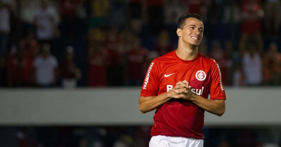 Atacante Leandro Damião lamenta chance perdida na partida contra o Coritiba (24.nov.2013)