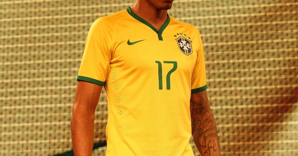 Camisa a ser usada pela seleção brasileira na Copa de 2014 tem detalhe em verde na gola (24.nov.2013)