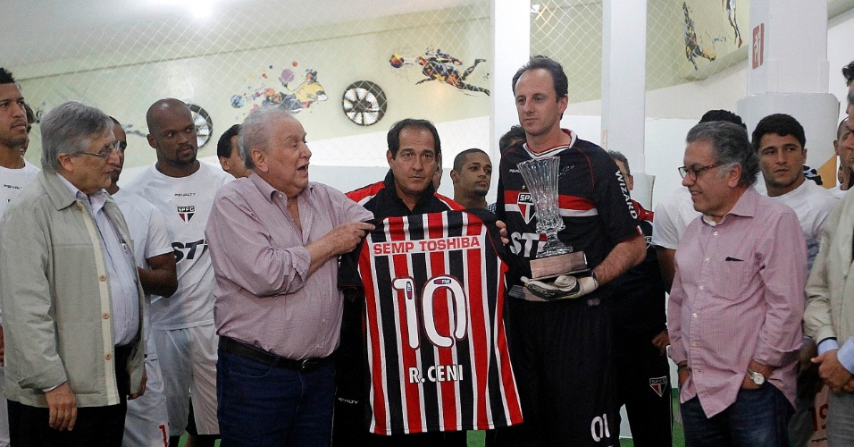 Presidente Juvenal Juvêncio entrega homenagem a Rogério Ceni, que completa 1.117 jogos pelo clube (24.nov.2013)
