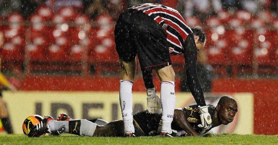 Rogério Ceni ajuda Seedorf a se levantar durante a partida entre São Paulo e Botafogo (24.nov.2013)