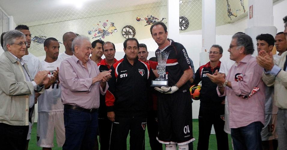 Rogério Ceni, que completa 1.117 jogos pelo clube, posa ao lado de Muricy Ramalho e Juvenal Juvêncio (24.nov.2013)