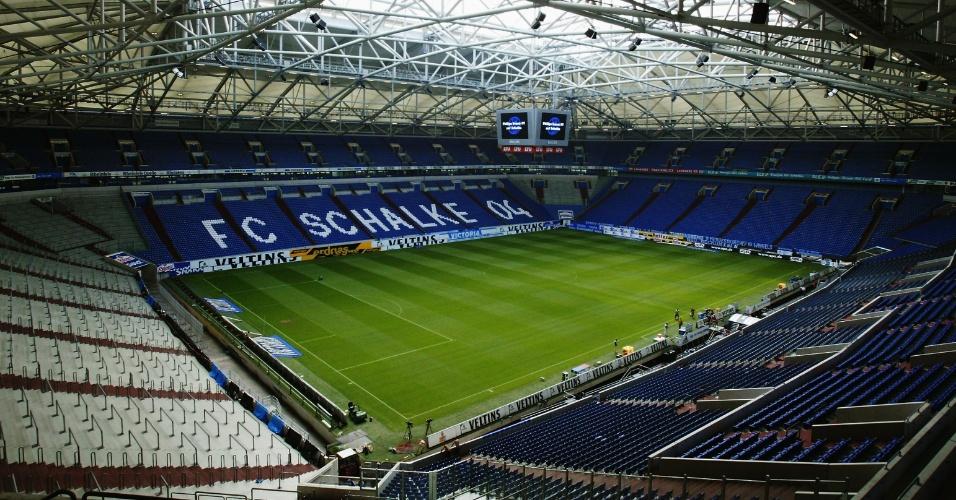 A Veltins-Arena, também conhecida como Arena AufSchalke, é a casa do Schalke 04, na Alemanha; o local é conhecido por seu teto retrátil e pelo seu gramado que desliza para dentro e para fora do estádio, conforme a necessidade do evento