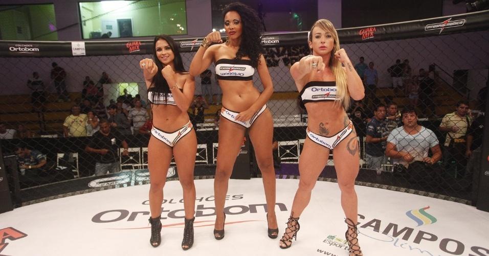 Ex-BBB Aline (centro), que esteve na 13ª edição do programa, trabalha como ring girl do Jungle Fight e ergue as plaquinhas de round no evento em Campos (RJ)