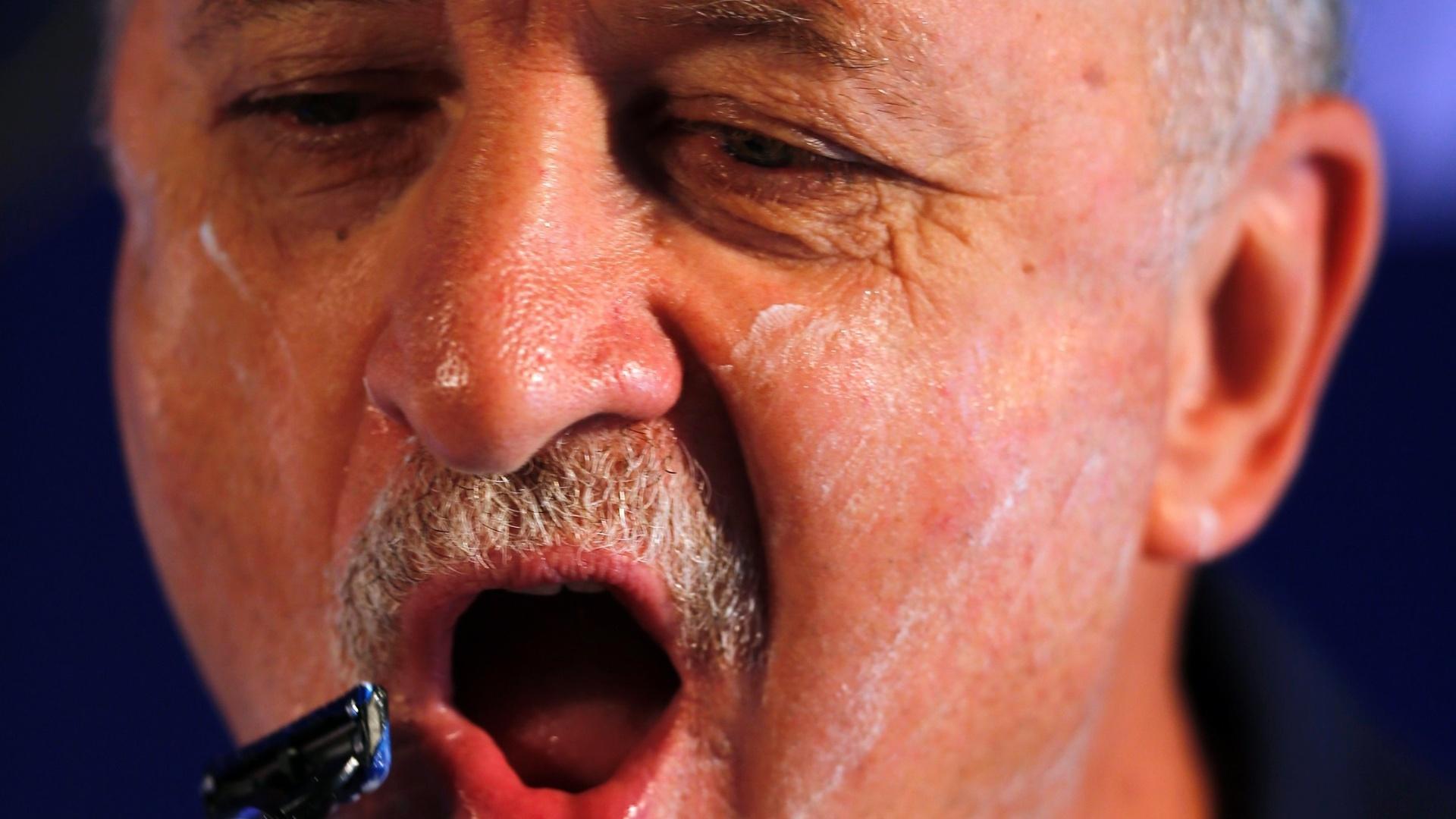 Felipão faz a barba durante evento de patrocinador da seleção; treinador não quis, entretanto, tirar o bigode
