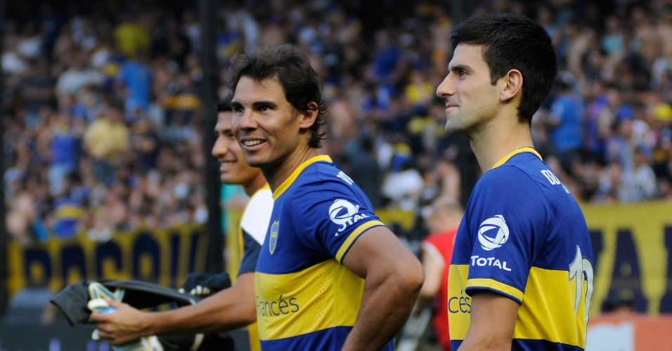 Rafael Nadal (esq.) e Novak Djokovic (dir.) visitaram o clube e vestiram a camisa do Boca no estádio La Bombonera no jogo da equipe contra o All Boys