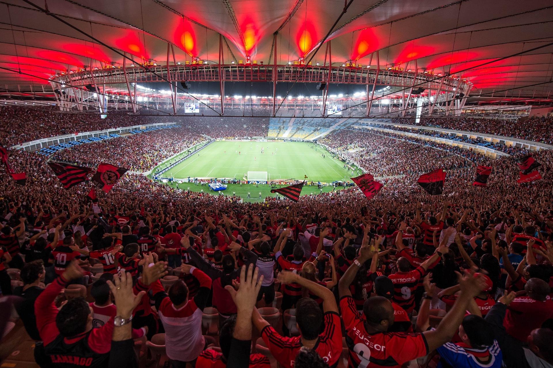 Torcedores do Flamengo comemoram gol do Flamengo em partida contra o Goiás, pela Copa do Brasil