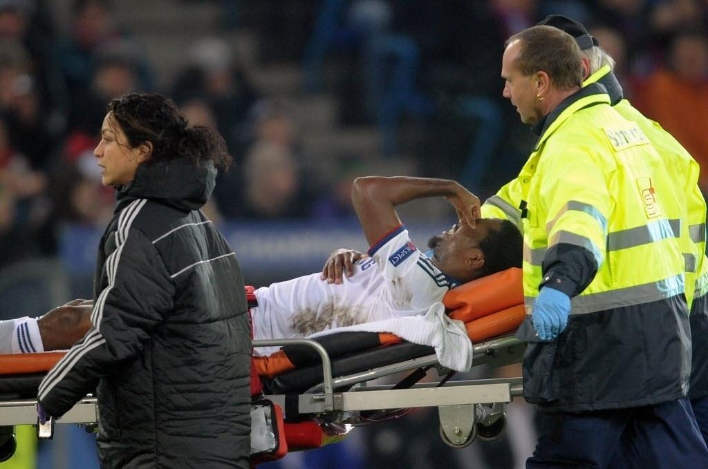 26.nov.2013 - Atacante Samuel Eto'o sai de maca do campo após se lesionar na partida entre Chelsea e Basel