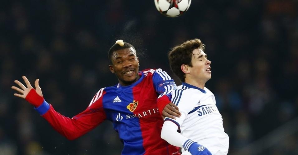 26.nov.2013 - Brasileiro Oscar (dir.) disputa a posse da bola com Serey Die na partida entre Chelsea e Basel