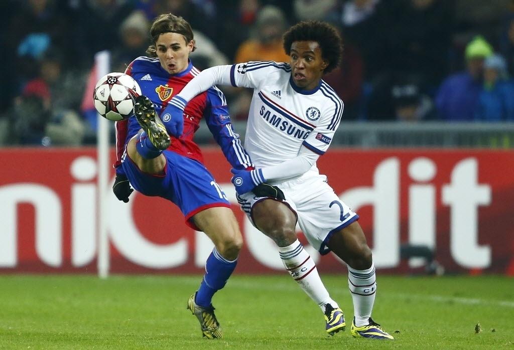 26.nov.2013 - Brasileiro Willian disputa a jogada com Kay Voser durante partida entre Chelsea e Basel, pela Liga dos Campeões