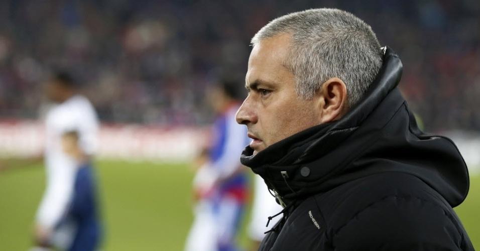 26.nov.2013 - Jose Mourinho observa o jogo do Chelsea contra o Basel pela Liga dos Campeões