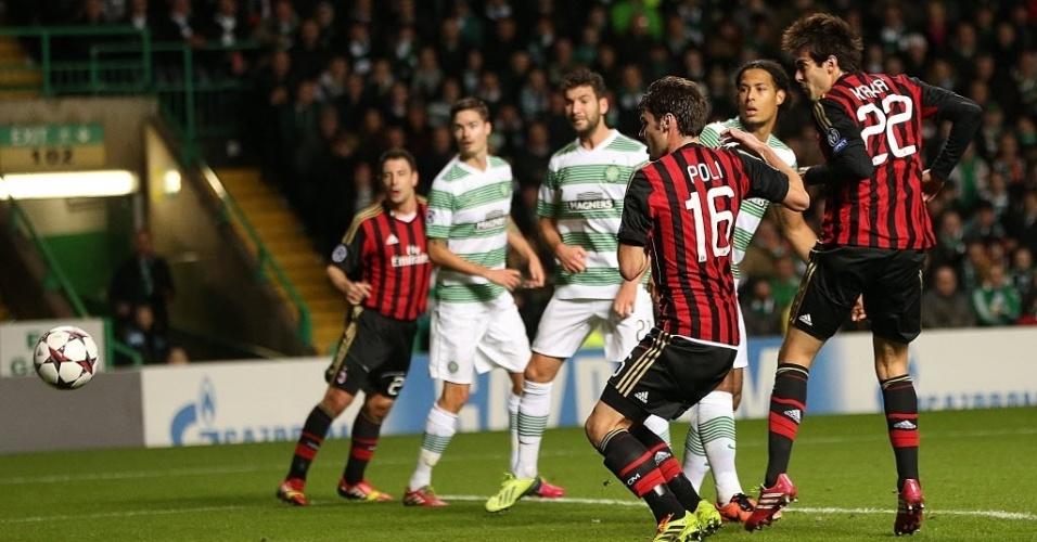 26.nov.2013 - Kaká (dir.) aproveita cobrança de escanteio para marcar o primeiro gol do Milan contra o Celtic