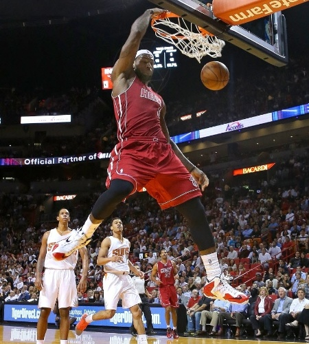 26.nov.2013 - LeBron James enterra no triunfo do Miami Heat sobre o Phoenix Suns por 107 a 92