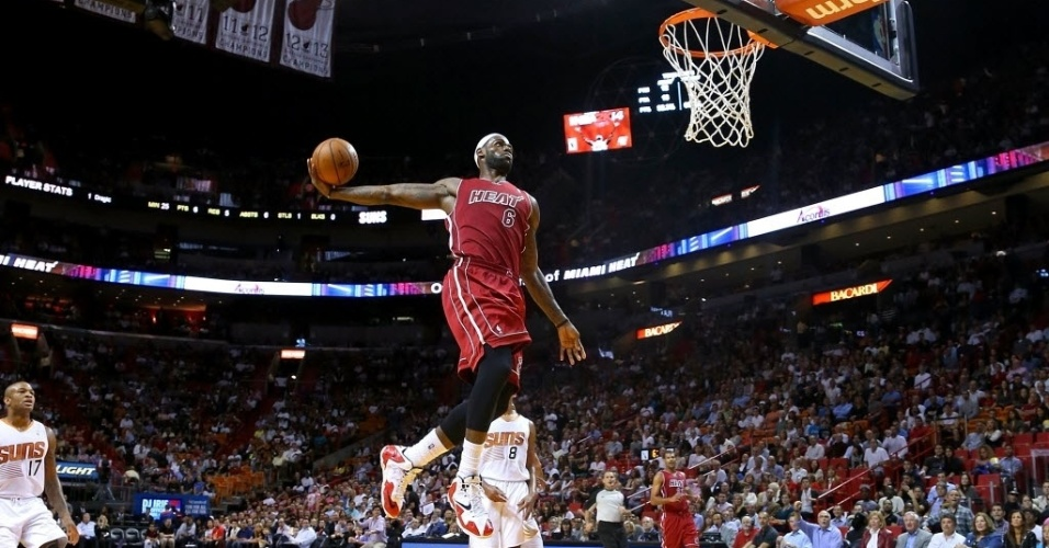 26.nov.2013 - LeBron James salta para enterrar no triunfo do Miami Heat sobre o Phoenix Suns por 107 a 92