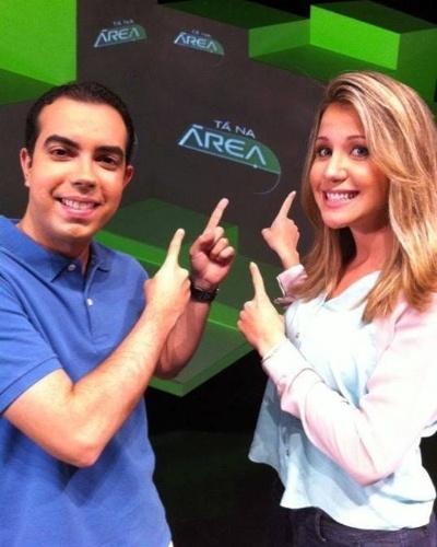 """Bárbara Coelho posa no cenário do """"Tá Na Área"""", do SporTV, com Antero Neto"""