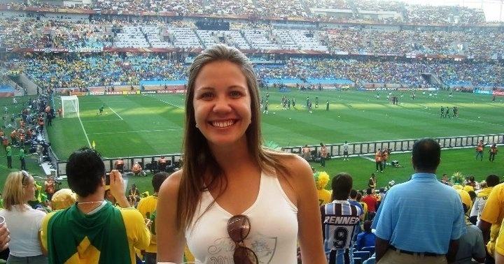 Bárbara Coelho vendeu um carro e partiu por uma jornada de 40 dias na África do Sul para assistir à Copa de 2010. Sua cobertura independente virou atrativo no seu currículo, ajudando na chegada ao SporTV