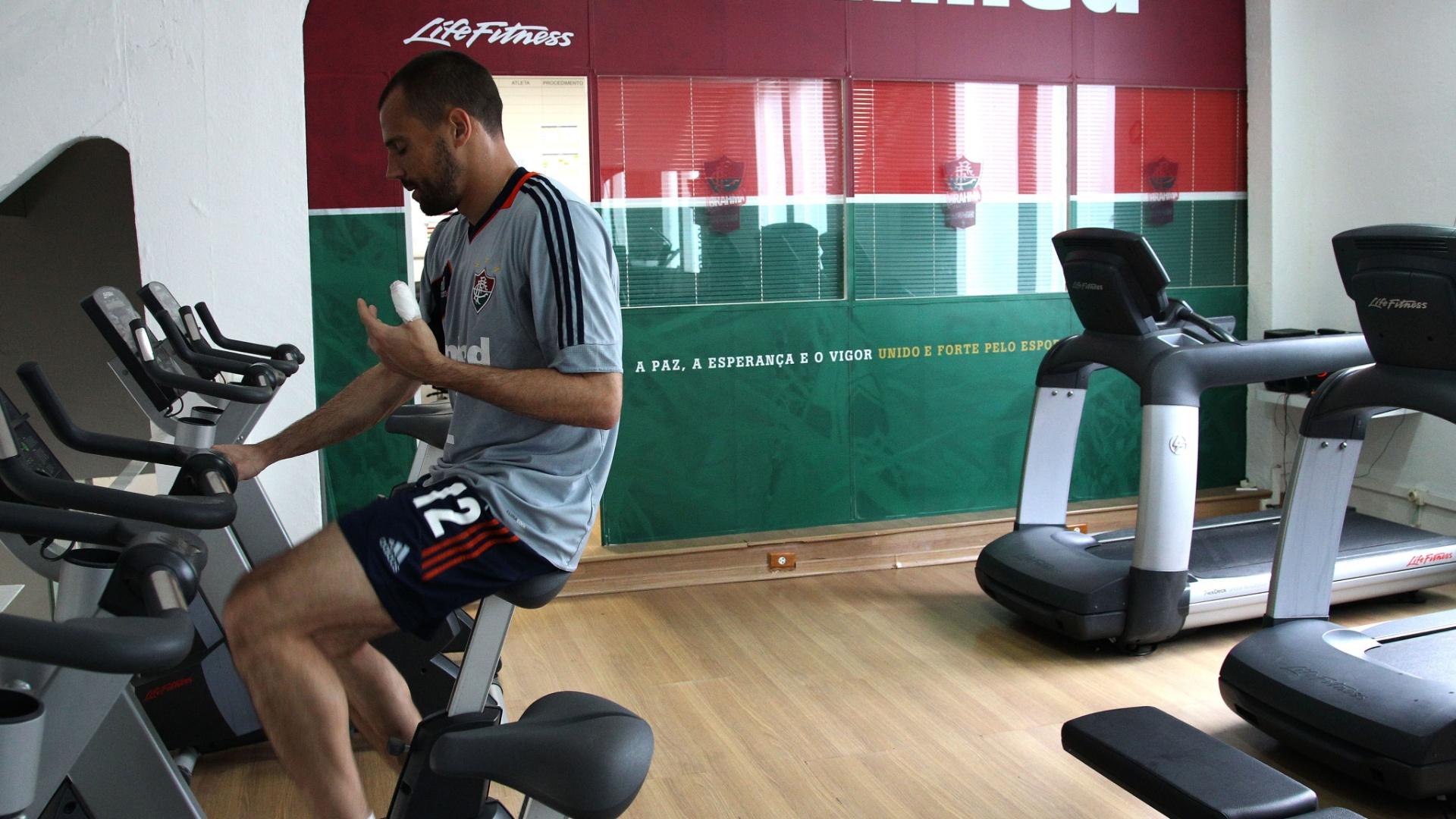 Com dedo da mão esquerda machucado, Diego Cavalieri treina em academia do Fluminense