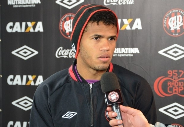 Léo, lateral direito do Atlético-PR, concede entrevista à TV CAP