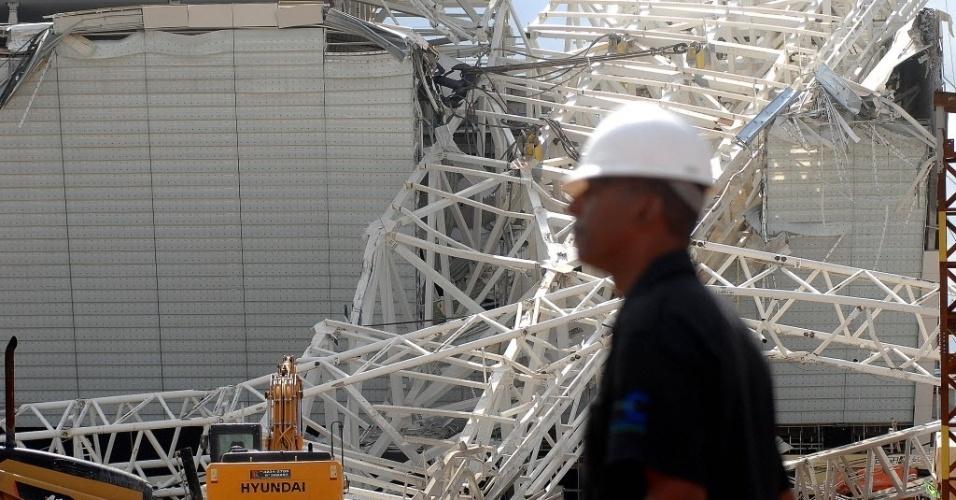 27.nov.2013 - . Informações de responsáveis pela obra indicam que o guindaste se partiu e caiu sobre a arquibancada destruindo dois andares