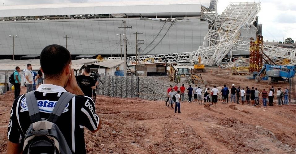 27.nov.2013 - A Odebrecht, responsável pela construção do estádio, não explicou a causa do acidente no Itaquerão