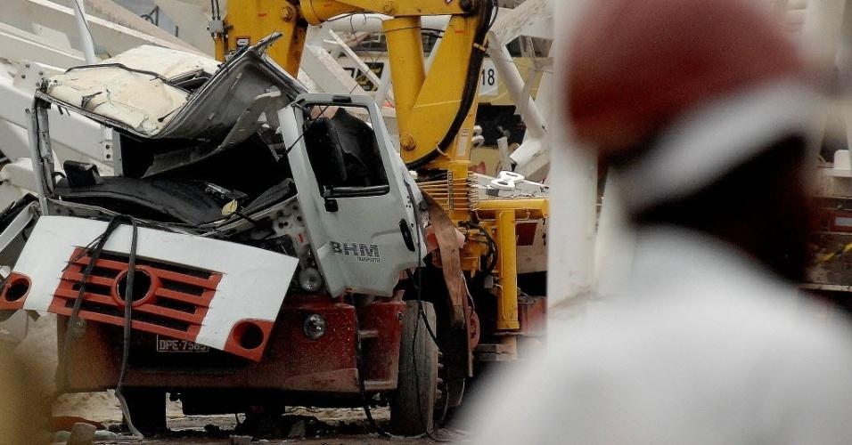 27.nov.2013 - Caminhão atingido pelo guindaste ficou totalmente destruído após o acidente no Itaquerão