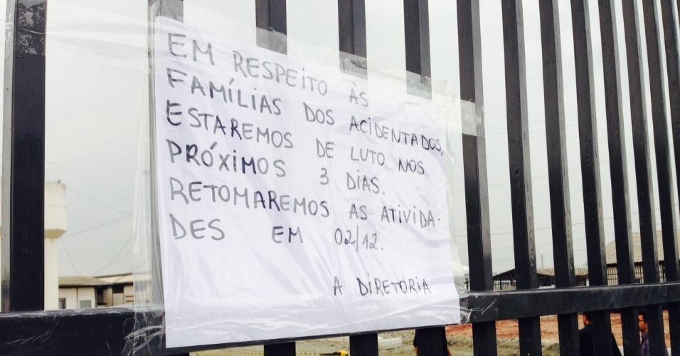 27.nov.2013 - Cartaz no Itaquerão comunica aos funcionários a paralisação da obra