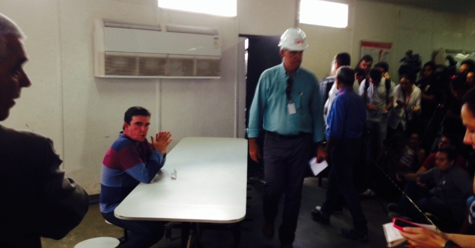 27.nov.2013 - Ex-presidente do Corinthians, Andres Sanchez falou sobre queda do guindaste no Itaquerão