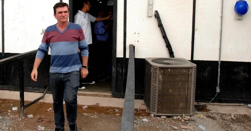 27.nov.2013 - Ex-presidente do Corinthians, Andrés Sanchez, parecia não acreditar no que estava vendo