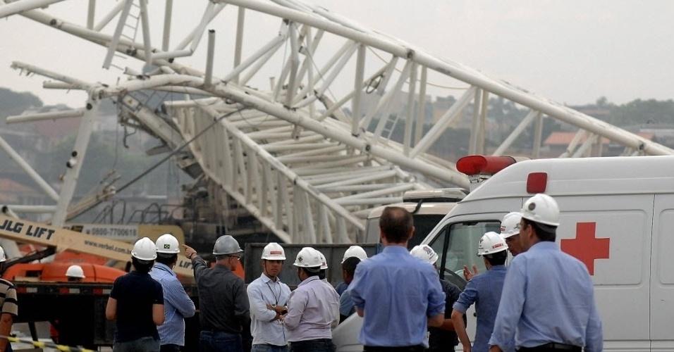 27.nov.2013 - Funcionários da Odebrecht conversam próximo ao local do acidente